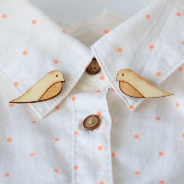 木製の鳥のブローチ